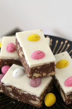 This Chocolate Hedgehog Easter Slice is a fun variation on a classic favourite hedgehog recipe… biscuits, chocolate and coconut with a special Easter twist! Desserts Ostern, Köstliche Desserts, Delicious Desserts, Dessert Recipes, Easter Chocolate, Chocolate Slice, Melted Chocolate, Cocoa Chocolate, Baking Chocolate