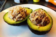 Thunfisch-Avocado Hälften mit Limettensaft und Zwiebeln. Ein leckerer Snack für zwischendurch oder zum Mittagessen. Unbedingt ausprobieren.