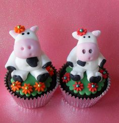 These cute cow cupcakes and other barnyard-themed cake ideas and tutorials look udderly delicious!