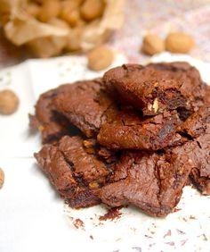 Brownie choco-marrons vegan et sans gluten pour le plus grand bonheur des gourmands attentifs à leur alimentation ! Sweet Desserts, Vegan Desserts, Dessert Recipes, Gateaux Vegan, Sans Gluten, Gluten Free, Chocolate Brownies, Healthy Treats, Biscuits