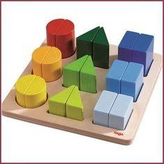 Leer spelenderwijs sorteren op vorm, kleur en formaat met dit mooie houten sorteerbord! Leeftijd: vanaf ca. 2 jaar Afmeting: 26 x 26 cm