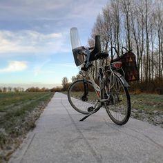 Terwijl @florianbos.eu en @mariekebooisma samen naar #usquert waren om te gymen (Florian in elk geval) heb ik #vanochtend een stukje gefietst. Ik ging over de oudedijksterweg naar Uithuizen heb daar met de drone fotos gemaakt bij de menkemaborg en ging over het fietspad (waar de #fiets op staat op deze foto) langs de meistertoren weer terug naar huis. (29-01-19) Bekijk ook eens de website van Tjerk: www.TjerkBos.com