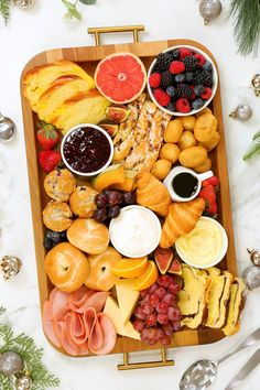 Holiday Breakfast Board This delicious breakfast board is absolutely perfect for Christmas morning! It is loaded with delicious bite sized Breakfast And Brunch, Breakfast Platter, Fun Baking Recipes, Brunch Recipes, Cooking Recipes, Brunch Punch, Charcuterie Recipes, Charcuterie Board, Eat This