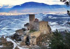 """Castello di Appiano - Bolzano - Trentino-Alto Adige. Eppan Mittelschule: """"A cosa serviva costruire i castelli?"""" - """"A metterci il fieno"""", 1973."""