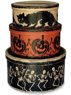 Halloween Boxes - Set of 3 Shaker ROUND HALLOWEEN BOXES A delightful set of three round fiberboard boxes all stenciled with Halloween motifs. Diy Halloween, Halloween Box Set, Halloween Vintage, Halloween Images, Halloween House, Vintage Holiday, Holidays Halloween, Halloween Treats, Holiday Fun