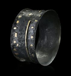 .I wish that I could find any information about this cuff.  I think that it's magnificent.