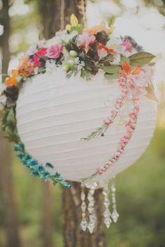 """""""Inspiração linda para começar a semana! As luminárias japonesas são uma opção com preço legal que dão um efeito visual lindo em qualquer decoração, com flores então o encanto é ainda maior! Use a imaginação e decore com as cores do casamento ou chá de panela! Delicadeza e charme em todos os detalhes!."""" Fuente: Colher de Chá Noivas (facebook). #colherdechanoivas #inspiracao #chadepanela #wedding #casamento #bridalshower #inspire #luminariajaponesa #flores #flowers"""