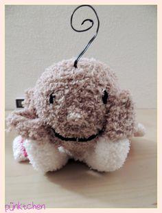 Kleiner Yogi aus Socken und Papilotten / Little Yogi made of socks and foam curler Foam Curlers, Snoopy, Teddy Bear, Blog, Toys, Yoga For Kids, Wrap Around, Yarn And Needle, Mantas Crochet