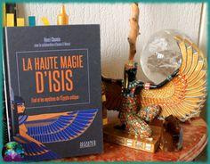 Retour de lecture : un ouvrage bien pensé, bien construit, qui plaira forcément aux novices amoureux de l'Egypte antique et d'Isis tant il rend le contenu accessible et compréhensible. Pour les plus avancés, il y a des... Books, Paths, In Love, Thinking About You, Reading, Livros, Libros, Livres, Book