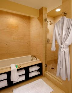 drewno w łazience, schowki pod wanną;