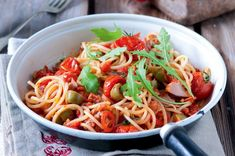Těstoviny s tuňákem, chilli a olivami Hunger Strike, Japchae, Pasta, Ethnic Recipes, Cannelloni, Ravioli, Homemade, Vegetarische Rezepte, Favorite Recipes