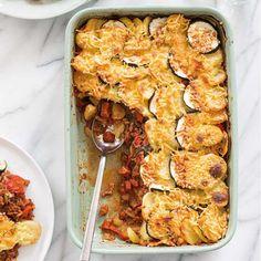 Hup, lekker op zijn Hollands aan de aardappels! Het is een fabel dat de aardappel een dikmaker is. Ze zijn juist supergezond omdat ze rijk zijn aan vitamine B. En eenvoudiger kunnen we het niet maken: alles bij elkaar doen, in de oven schuiven en klaar is kees. #aardappel #chorizo #ovenschotel #kaas #makkelijk #easy #hoofdgerecht #foodandfriends