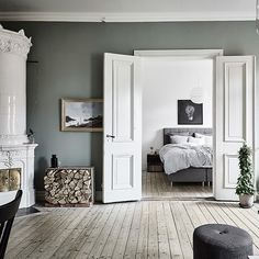 my scandinavian home: Harmony and balance in a Swedish home with green accents - Interieur inspiratie uit Zweden Scandinavian Apartment, Scandinavian Interior Design, Scandinavian Home, Room Inspiration, Interior Inspiration, Design Inspiration, Deco Pastel, Swedish House, Swedish Bedroom