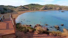 Cala Pilar (Menorca). De difícil acceso, esta extravagante playa se encuentra al norte de la isla y hay que atravesar un bosque para llegar a sumergir los pies en su arena de color rojizo. Si no sopla viento del norte, es un lugar más que recomendable para practicar buceo o snorkel.