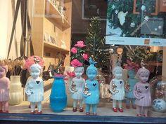 Одно из любимых занятий - рассматривать витрины. Это куколки и другие фарфоровые фигурки с золотым акцентом были очень популярные в прошлом году. #lammersenlammers #porcelain #dolls #Netherlands #фарфор #куколка #Нидерланды
