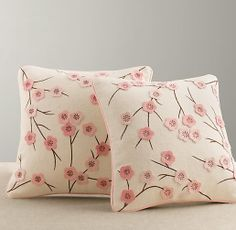 Almofadas com aplicação de delicadas flores de feltro - Inspiração para decoração de quarto infantil ~ VillarteDesign Artesanato