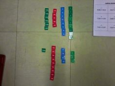 En classe avec Montessori: L'addition dynamique avec les timbres