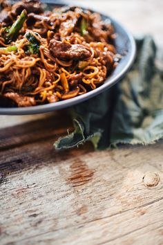 This is simply the best beef and broccoli sautéed noodles recipe you will ever eat. Use Maillard's striploin steak, and for the sauce, opt for this sweet Asian one. Confort Food, Beef Strips, Broccoli Beef, Pork Recipes, Noodles, Main Dishes, Food And Drink, Yummy Food, Rice