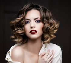 Fashionable and trendy hair colors 2019 are balayage and shatush, chestnut. Haircuts For Medium Hair, Medium Short Hair, Medium Hair Cuts, Short Hair Cuts For Women, Short Hairstyles For Women, Medium Hair Styles, Curly Hair Styles, Short Haircuts, Haircut Medium