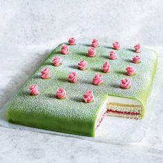 Prinsesstårta i långpanna - recept | Mitt kök Swedish Recipes, Fika, Smoothie Bowl, Halloumi, Bakery, Goodies, Sweet, Desserts, Mat