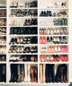 Nella cabina armadio un lato solo per le scarpe, forse l'angolare con ripiani alti per stivali + rastrelliere
