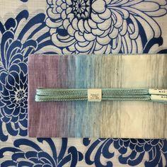 今日から、5月ですね。お天気がピカ〜としません。どんよりです。今日も、着物は綿絽、大きな菊の花がとっても、素敵です。 着物 竺仙 綿絽 帯 綿 半幅帯 #oteshio#Kimono#大人きものおしゃれ事典 #竺仙#半幅帯#綿絽 Yukata Kimono, Kimono Japan, Kimono Fabric, Silk Kimono, Kimono Dress, Japanese Kimono, Japanese Outfits, Japanese Fashion, Japan Outfit