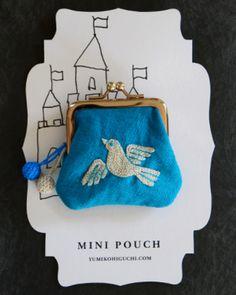 鮮やかな水色に可愛い小鳥さんが刺繍されたポーチ 作り手の思い、ぬくもりが伝わって来る素敵なポーチです!