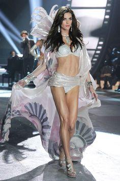 0fb24f0bdf3 34 beste afbeeldingen van Victoria s Secret Fashion Show - Victoria ...
