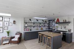 天窓と細長いカウンターとアイランドカウンターのあるゆったりとしたキッチン