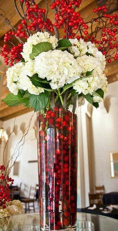 Yet another stunning for Christmas or perhaps you have these colors in your everyday life! #Berries  #Hydrangeas