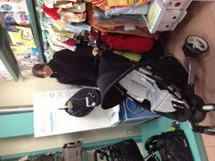 Nuestra buena amiga Maroa, responsable de puericultura de Casa Malé, distribuidor de 4moms en Olot (Girona), en plena demostración de las características del cochecito de paseo Origami
