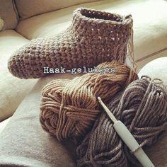 Hierbij het recept voor warme voeten :)      Benodigdheden (voor ongeveer maat 38/39):   -2 bollen wol (ik hebeen grijze bol Roy... Crochet Shoes, Crochet Slippers, Diy Crochet, Crochet Crafts, Crochet Clothes, Crochet Baby, Crochet Projects, Loom Knitting, Knitting Socks