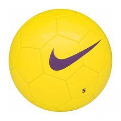 Ballon de football Nike Team Training Taille 3 jaune  Une construction traditionnelle en 32 panneaux qui garantie une haute performance.  Habillage en polyuréthane ultra-résistant Vessie en butyle pour une bonne rétention de l\'air et plus de rebonds Matériaux 60% caoutchouc/15% polyuréthane/13%polyester/12% EVA