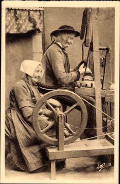 Carte postale Locronan Finistère, Vieux Tisserand et sa Guebenne au Metier, Spinnrad