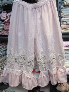 Vintage Kitty.. pale pink and cream bloomies