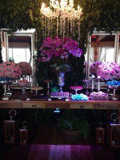 Uma mesa de doces linda para um casamento igualmente lindo! ::: #atteliededoces #docesfinos #carolinadarosci #casamento #decoracao #mesaposta #sobremesa #docinhos #evento #flores #arranjos #docesgourmets #mesadedoces #florianopolis #estaleiroguesthouse