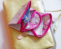 Diese Geldbörse macht sich in jeder Handtasche gut und ist auch ein tolles Geschenk für eine liebe Freundin. Die Börse besteht aus zwei Taschen - einer...