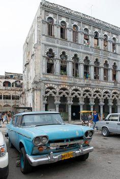 """""""Havana. Autos and Architecture."""" Un Rambler de 1958 sin careta frente al palacio de las Ursulinas, construido en 1913. Una muestra de la influencia árabe en la arquitectura cubana, que dejó notables ejemplos en la ciudad en los primeros años del siglo XX. Fotografia © Nigel Young. Cortesía de Ivorypress."""