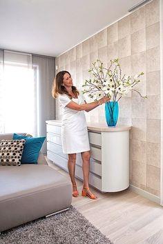 V celém interiéru se nenásilně objevují rostlinné a zvířecí motivy. Například tapeta v obývací místnosti připomíná zvířecí kůži.