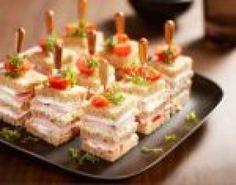Hartige petit fours van bruin of wit casinobrood (nl rec) Tapas, Tea Recipes, Cooking Recipes, Tea Party Sandwiches, Finger Sandwiches, Breakfast Desayunos, Fingerfood Party, Cheese Party, Snacks Für Party