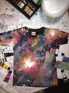 How to Make a DIY Galaxy Print Tshirt - I Arted Shirt - Ideas of I Arted Shirt - Use acrylic paint and bleach to make this awesome t-shirt. (Loving this galaxy DIY I wanna do this to leggings! Galaxy T Shirt, Galaxy Print, Galaxy Shorts, Galaxy Galaxy, Diy Galaxie, Diy Kleidung Upcycling, Ty Dye, Geile T-shirts, Diy Vetement
