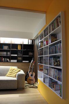 Salon télé, salon musique, salon bibliothèque, plafond jaune, mur jaune, DVDthèque sur mesure, guitare,Ronan Cooreman, Architecte d'intérieur Lille