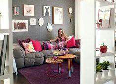 Sala de estar colorida e moderna.