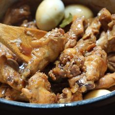 Filipino Adobo is one of the most famous Filipino food in which foreigners are curious about. It has few ingredients which are readily available. If you try your hand in making Adobo, you can use your Pork Recipes, Asian Recipes, Vegetarian Recipes, Chicken Recipes, Cooking Recipes, Ono Kine Recipes, Easy Filipino Recipes, Beef Lo Mein Recipe, Recipe Adobo