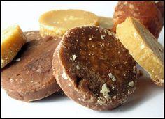 Borstplaat is een lekker recept en bevat de volgende ingrediënten: 12 lepels suiker, 4 eetlepels water, melk of room, smaakmaker: vanille-, citroen-, cacao-, of frambozenessence, eventueel cacao of oploskoffie