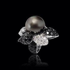 Fascinante #Anillo en forma de flor elaborado en oro blanco de 18k con una bella #Perla gris y una delicada combinación de #Diamantes negros y blancos en sus pétalos.  #AltaJoyeria #PiezasKohinor #KohinorJoyas #JoyeriaExclusiva #Joyas #Joyeria #Arte #Kohinor