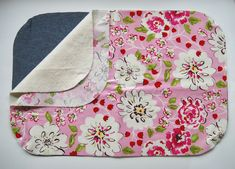 DIY Roll Up Baby Change Mat - Mamma Mode Baby Changing Mat, Diaper Changing Pad, Sewing For Kids, Baby Sewing, Baby Room Diy, Diy Baby, Diy Pillows, Floor Pillows, Baby Quilts