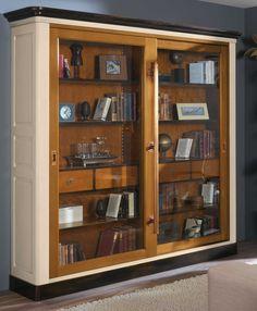Libreria 133. Estilo Francés. Puertas correderas con barra en latón envejecido. Librería acabada en negro, blanco marfil, nogal 27. Con patinas envejecidas. Medidas: 225x223x49 cm.