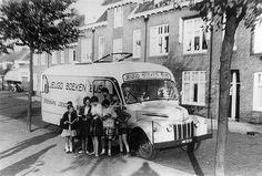De Jeugdboekenbus in 1955 | De straat is onbekend | De bus was een initiatief van de Openbare Leesbibliotheek