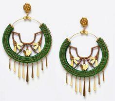Pendiente de flamenca en forma de medio aro de la colección Aires de Asia. Combina los tonos verdes con detalles en dorado y lágrimas que cuelgan en la parte inferior del pendiente.